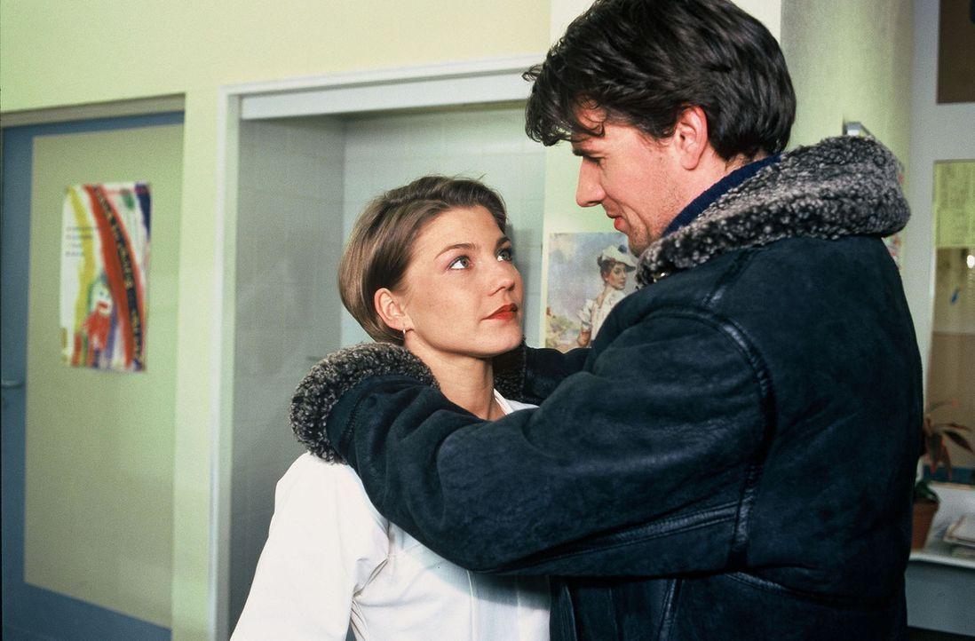 Überraschend trifft Stephanie (Claudia Schmutzler, l.) ihren Jugendfreund, den Piloten Frederik May (Daniel Morgenroth, r.), im Krankenhaus wieder... - Bildquelle: Noreen Flynn Sat.1
