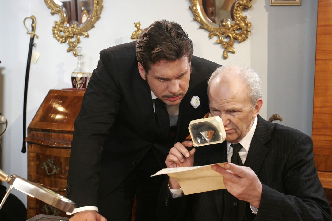 Felix Rath (Thomas Heinze, l.) und Dietrichs (Michael Gwisdek, r.) inspizieren ihren Fund und stellen staunend fest, dass Felix' verstorbene Tante A... - Bildquelle: Noreen Flynn Sat.1