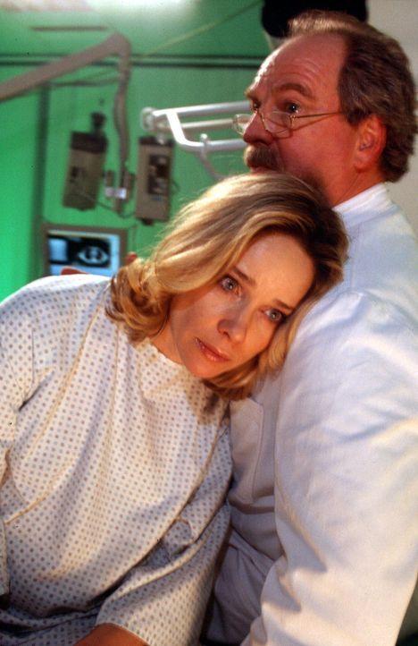Prof. Riewa (Friedrich von Thun, r.) teilt Annette (Ann-Kathrin Kramer, l.) mit, dass die Entwicklung ihres Kindes gefährdet ist, und schlägt ihr ei... - Bildquelle: Gordon Mühle Sat.1