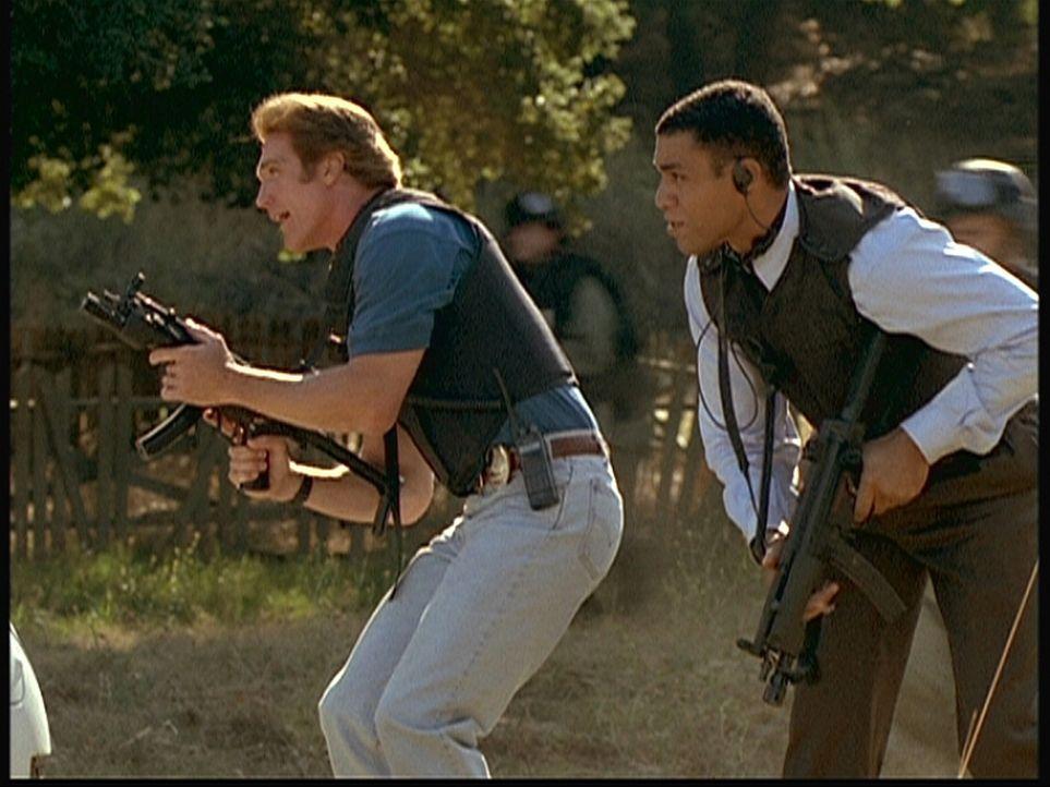 Steve (Barry Van Dyke, l.), Agent Wagner (Harry J. Lennix) und eine FBI-Sondereinheit stürmen das Versteck der Bombenleger. - Bildquelle: Viacom