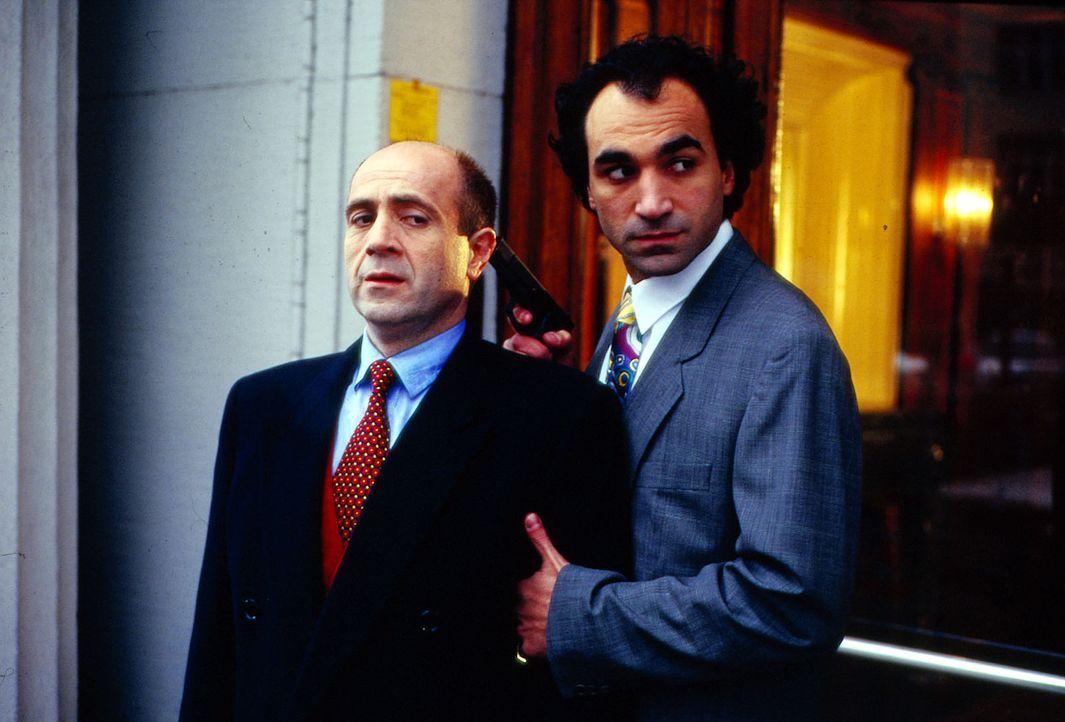 Dr. Fried (Gerd Wameling, l.) führt auf Ersuchen der römischen Polizei die Ermittlungen in einem Mafia-Mordfall und gerät dabei selbst in Lebensgefa... - Bildquelle: Alfred Raschke Sat.1