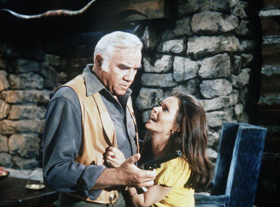 Ben Cartwright (Lorne Greene, l.) hat alle Mühe, Rosalita (Susan Strasberg, r.) zu erklären, dass er sie nicht heiraten will. - Bildquelle: Paramount Pictures