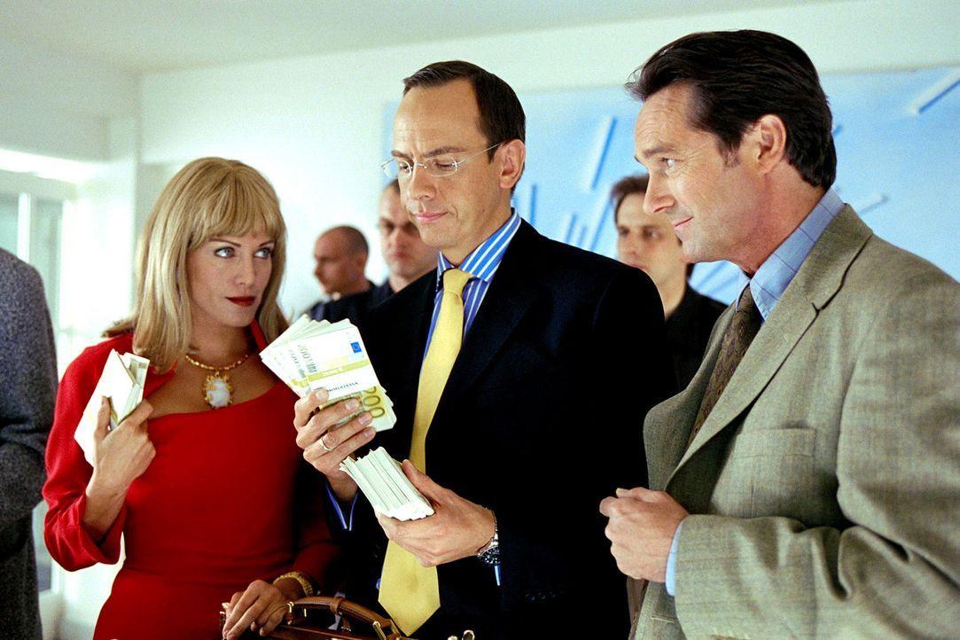Lydia (Sonja Kirchberger, l.) und Vincent Lufft (Moritz Lindbergh, M.) schmieden mit ihrem Freund Heinz Michlin (Helmut Zierl, r.) finstere Pläne ... - Bildquelle: Erika Hauri Sat.1