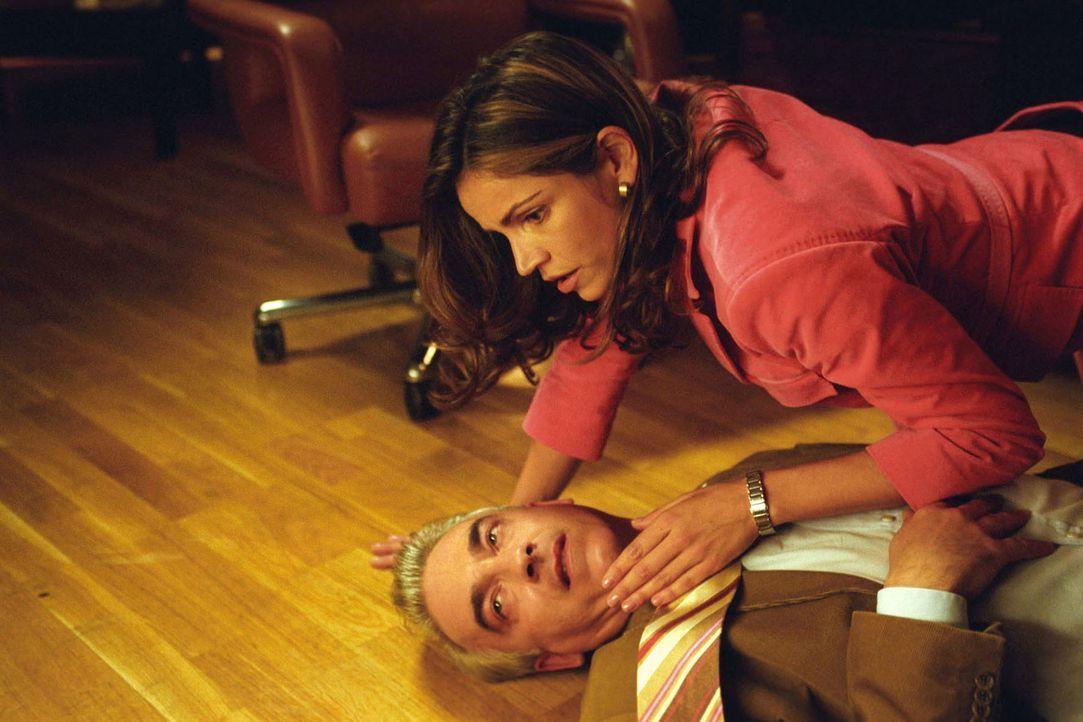 Schrecksekunde: Sandra (Rebecca Immanuel, r.) findet Felix (Christoph M. Ohrt, l.) bleich auf dem Boden seines Büros vor. - Bildquelle: Hardy Spitz Sat.1