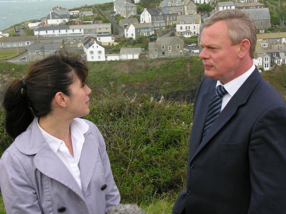 Martin (Martin Clunes, r.) und Louisa (Caroline Catz, l.) wollen endlich vor den Traualtar treten. Doch die Hochzeitsvorbereitungen scheinen unter k... - Bildquelle: BUFFALO PICTURES/ITV