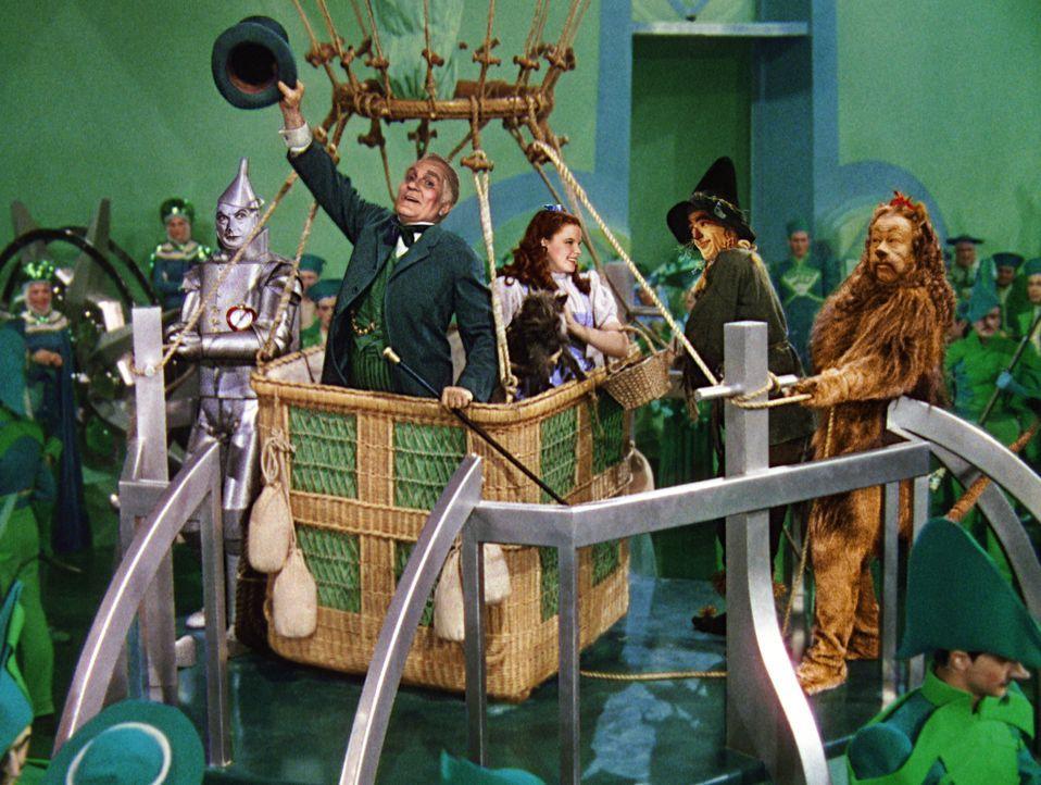 Dorothy (Judy Garland, M.) hat es geschafft: Sie ist bei dem Zauberer von Oz (Frank Morgan, 2.v.l.) angekommen. Dieser verspricht ihr, sie mit seine... - Bildquelle: Warner Bros.