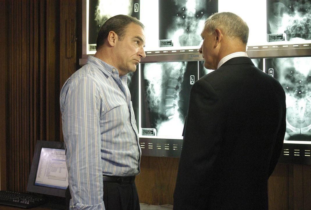 Nach dem Attentat eines Serienkillers, erkundigt sich Agent Jason Gideon (Mandy Patinkin, l.) bei Dr. Erstadt (Tim Halligan, r.) nach den Verletzten... - Bildquelle: Gale Adler 2005 CBS BROADCASTING INC. All Rights Reserved.
