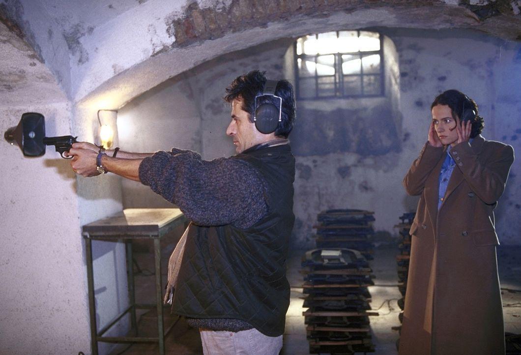 Rick (Martin Umbach, l.) demonstriert Anna (Claudia Michelsen, r.), die glaubt, von einem Frauenmörder verfolgt zu werden, den richtigen Umgang mit... - Bildquelle: Frank Lemm ProSieben