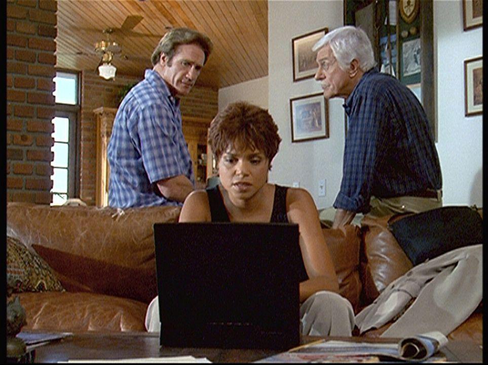 Steve (Barry Van Dyke, l.) und Mark (Dick Van Dyke, r.) beobachten skeptisch, wie Amanda (Victoria Rowell, M.) im Internet eine bestimmte Seite such... - Bildquelle: Viacom