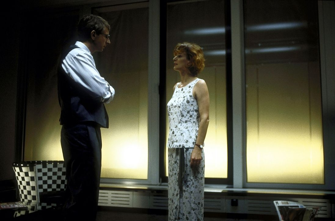 Völlig überraschend bietet der Rechtsanwalt Dr. Volker Endress (Ingolf Lück, l.) seiner Ex-Frau Ellen (Sylvia Haider, r.) an, die Verteidigung ihres... - Bildquelle: Leslie Haslam ProSieben