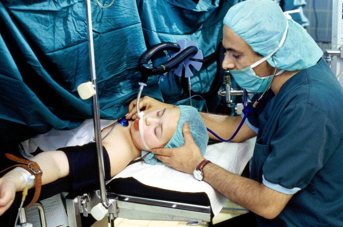 Die Operation der kleinen Maria Glocke (Janine Münch, l.) beginnt. Anästhesist Dr. Bahrami (Ramin Yazdani, r.) überwacht die Körperfunktionen der Pa... - Bildquelle: Janis Jatagandzidis Sat.1