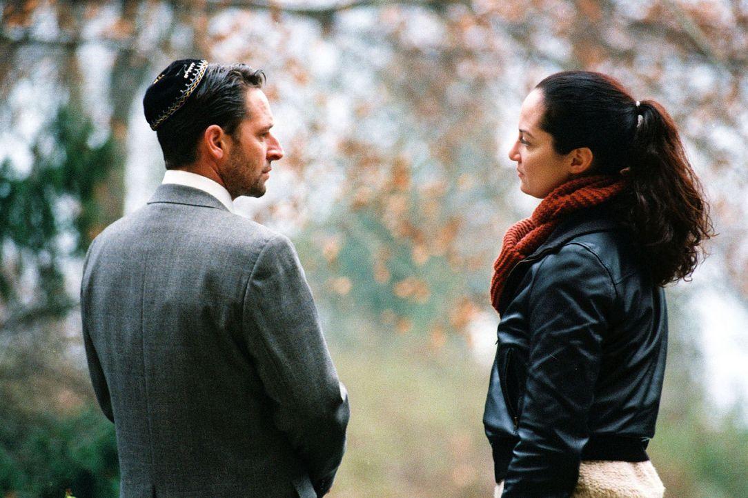 Daniel Kahana (Max Tidof, l.) , der Sohn des toten Rabbiners Baruch, ist von der Kommissarin Eva Bartoc (Natalia Wörner, r.) faszniert. - Bildquelle: Gordon Mühle Sat.1