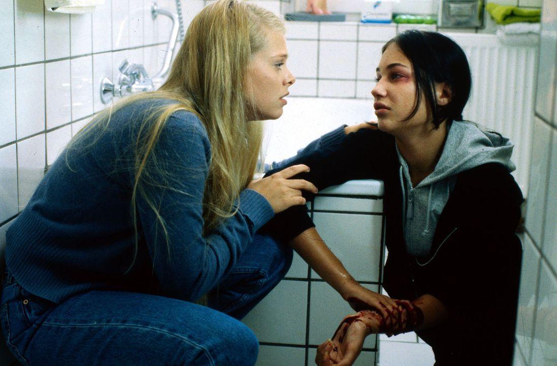 Die 14-jährige Miriam (Julia Palmer-Stoll, r.) ist völlig verzweifelt. Natalie (Anne Sophie Briest, l.) versucht, ihr zu helfen. - Bildquelle: Enderlein Sat.1