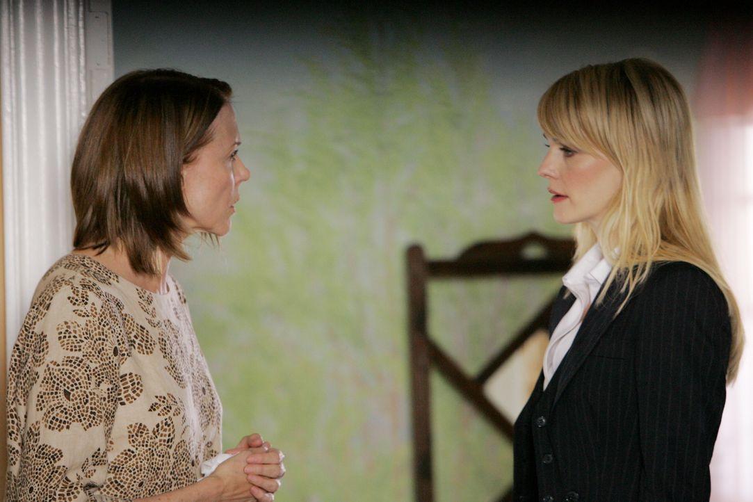 Lilly Rush (Kathryn Morris, r.) versucht herauszufinden, ob Molly Felice (Susan Blakely, l.) etwas mit dem Tod der kleinen Iris zu tun hatte ... - Bildquelle: Warner Bros. Television