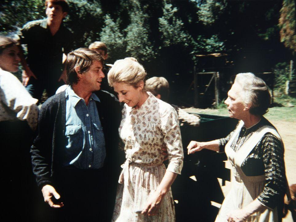 Olivia (Michael Learned, M.) lässt ihren Mann (Ralph Waite, vorne l.) nur ungern ziehen. Er hat in der Stadt Arbeit gefunden. Auch der Rest der Fami... - Bildquelle: WARNER BROS. INTERNATIONAL TELEVISION