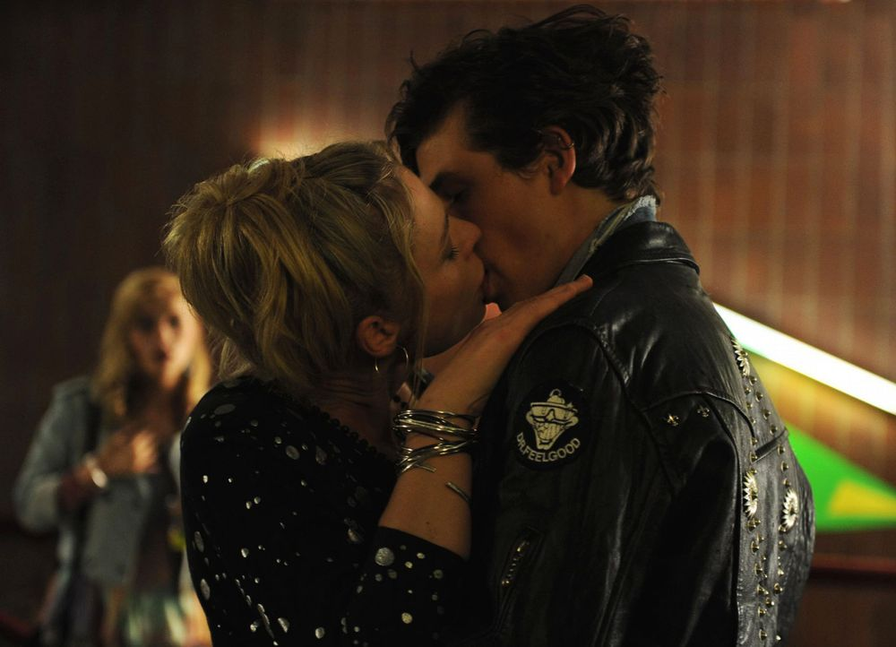 Wird der Kuss mit Hauke (Emil Reinke, r.) Ines' (Susanna Simon, l.) Leben verändern? - Bildquelle: Julia Terjung SAT.1