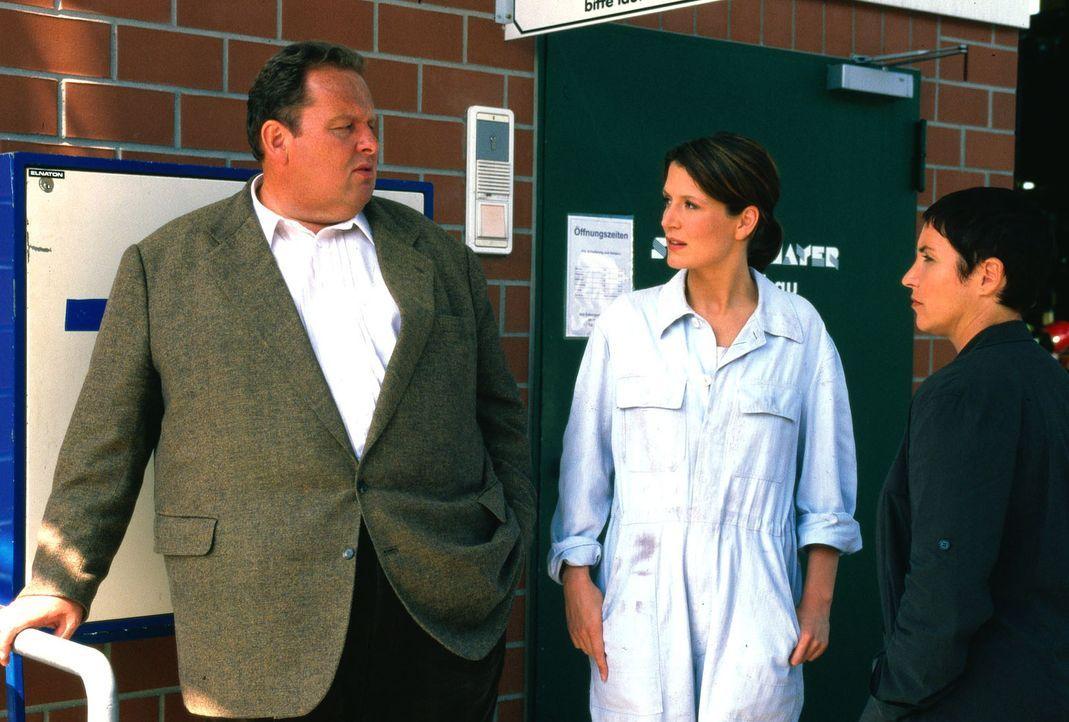 Kommissar Berghammer (Ottfried Fischer, l.) und Kommissarin Lorenz (Katerina Jacob, r.) befragen Sophie Beck (Ann-Cathrin Sudhoff, M.) nach ihrem Al... - Bildquelle: Magdalena Mate Sat.1