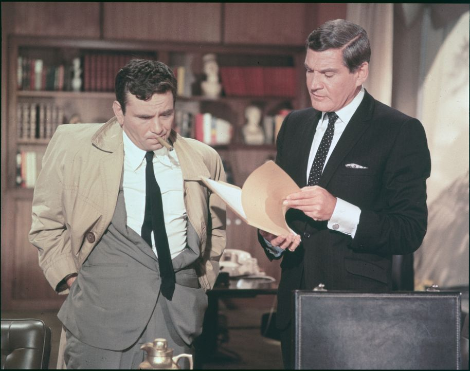 Columbo (Peter Falk, l.); Dr. Ray Flemming (Gene Barry, r.) - Bildquelle: 1967 Universal City Studios, Inc. All Rights Reserved.