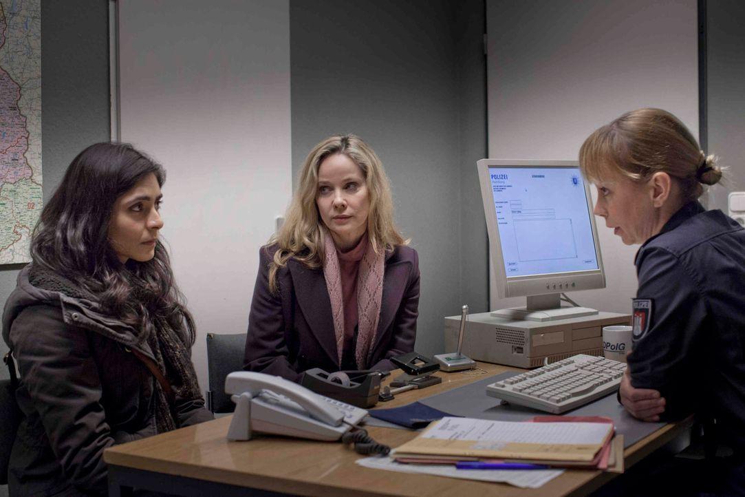 Als die Hotelangestellte Hella Wiegand (Ann Kathrin Kramer, M.) zufällig beobachtet, wie ihre Kollegin Shirin (Pegah Ferydoni, l.) von einem Vorgese... - Bildquelle: Georg Pauly SAT.1