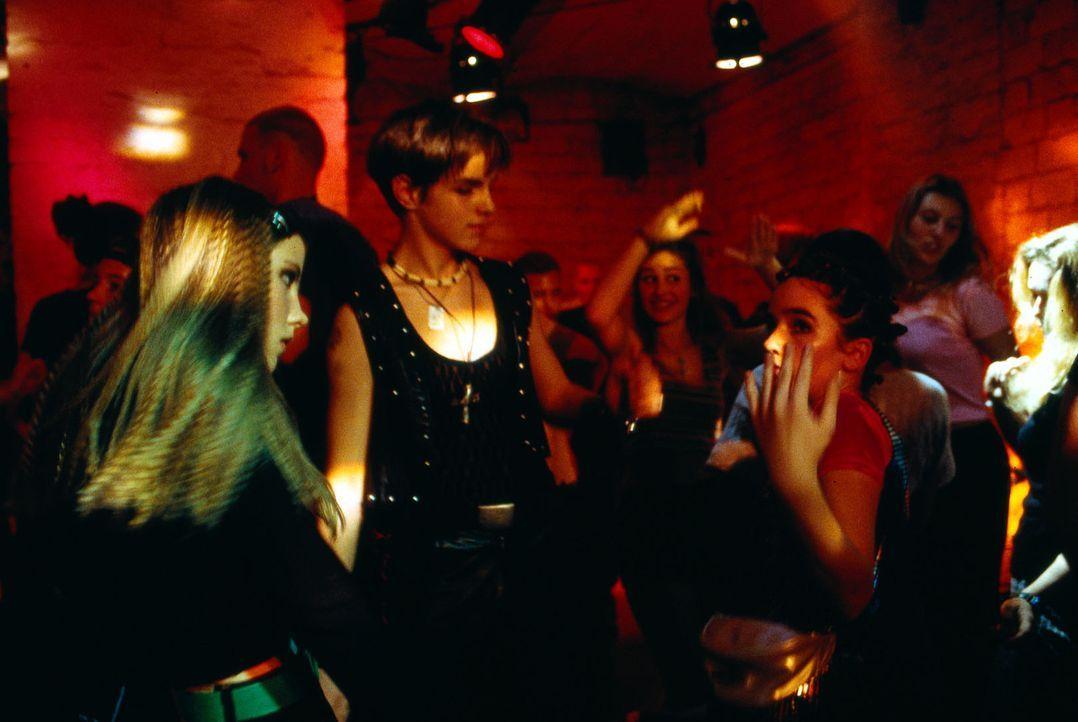 """Niko (Maximilian Haas, M.), Julia (Emma Hipp, l.) und Tanja (Hanna Thoemmes, r.) tanzen die Nacht in der Disco """"E-Netz"""" durch. Dabei sind Drogen mit... - Bildquelle: Mike Gast Sat.1"""