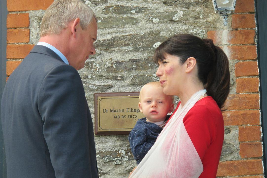 Auch der kleines James schafft es nicht, seinem Vater neuen Antrieb zu verleihen. Doch dann erfährt Doc Martin (Martin Clunes, l.), dass Louisa (Car... - Bildquelle: BUFFALO PICTURES/ITV