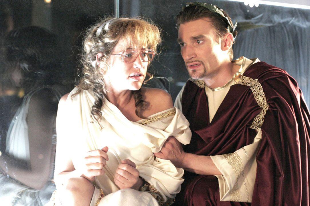 Lisa (Alexandra Neldel, l.) steht unter Schock. Richard (Karim Köster, r.) versucht sie zu beruhigen. (Dieses Foto von Alexandra Neldel darf nur in... - Bildquelle: Noreen Flynn Sat.1