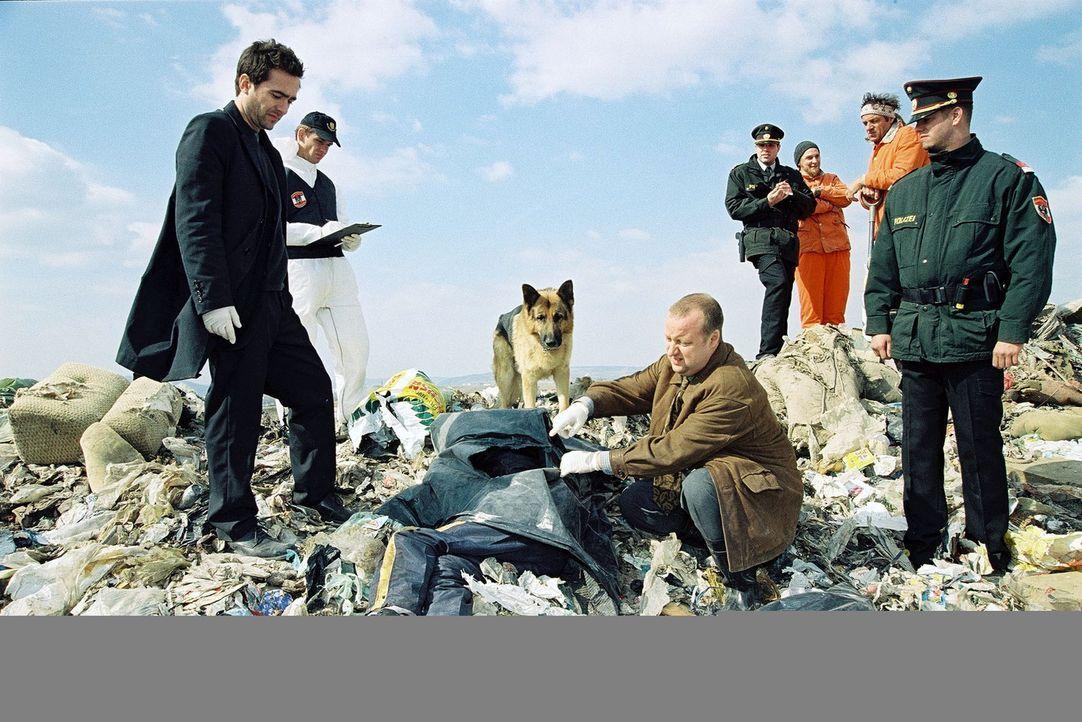 Marc (Alexander Pschill, l.) und Kunz (Martin Weinek, 2.v.r.) werden zu einer Mülldeponie gerufen. Unter den Abfällen wurde ein totes Kind gefunden... - Bildquelle: Ali Schafler Sat.1