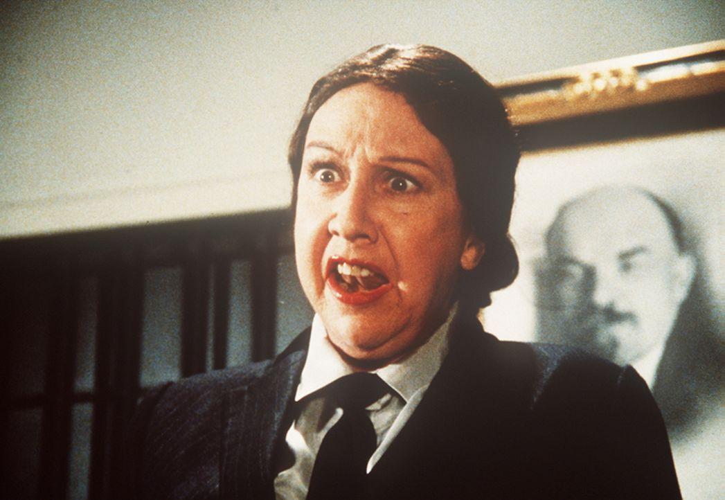 Die britische Agentin Emilie (Jean Stapleton), eine alte Freundin Amandas, schlüpft in die Rolle eines KGB-Offiziers, um Whitsett mit einem raffinie...