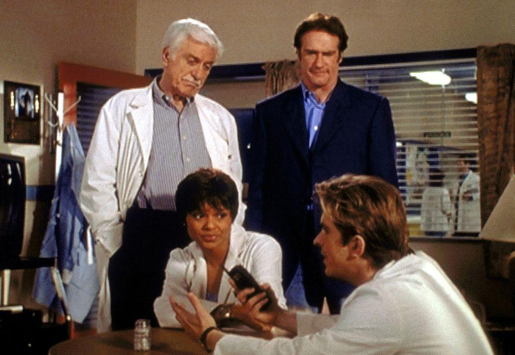 (v.l.n.r.) Mark (Dick Van Dyke), Amanda (Victoria Rowell) und Steve (Barry Van Dyke) lauschen amüsiert Jessies (Charlie Schlatter) Mordtheorie. Sie... - Bildquelle: Viacom