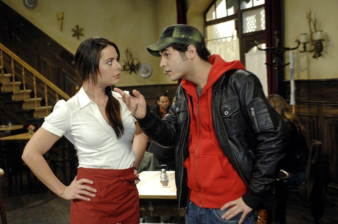 Maik (Sebastian König, r.) gibt sich gegenüber Paloma (Maja Maneiro, l.) überzeugt: Das wird sein Jahr! - Bildquelle: Oliver Ziebe Sat.1