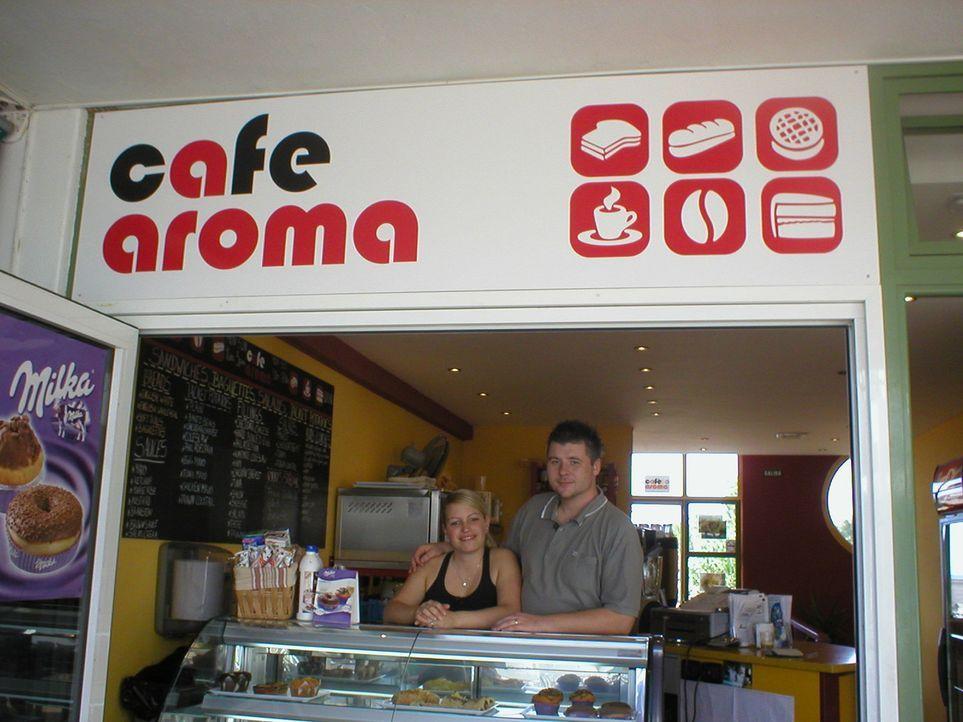 Carina (l.) und Malcolm (r.) wollen auf Lanzarote neu durchstarten. Das junge Paar hat sich auf der kanarischen Insel kennengelernt und dort schon z... - Bildquelle: kabel eins