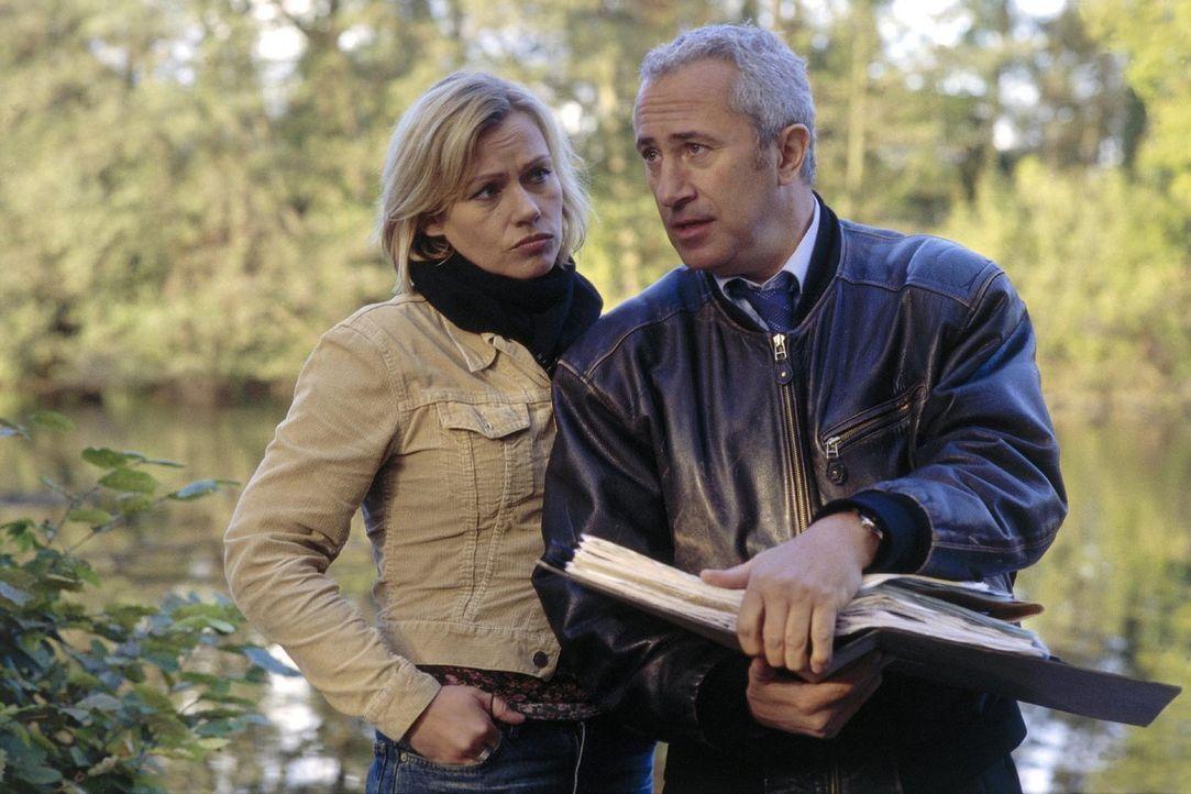 Mit Hilfe des ehemaligen Piloten Allwardt (Robert Giggenbach, r.) kommt Franziska (Jennifer Nitsch, l.) den Mördern ihres Bruders auf die Spur. - Bildquelle: Bernd Spauke Sat.1