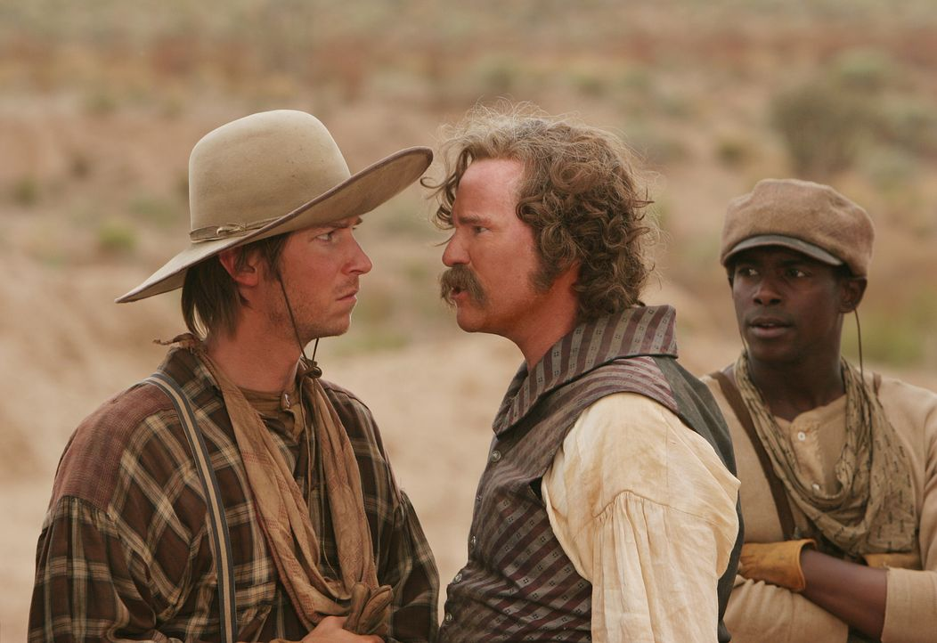 Als das Pferd von Captain Inish Scull (Val Kilmer, M.) gestohlen wird, während Ranger Pea Eye Parker (Troy Baker, l.) Wache halten sollte, entscheid... - Bildquelle: 2006 CBS Broadcasting Inc. All Rights Reserved.