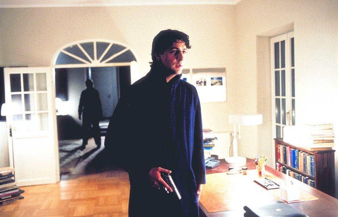 Überzeugt, während des 11. November ermordet zu werden, legt sich der bewaffnete Thomas (Gregor Törzs) auf die Lauer. Doch der zukünftige Mörder sch... - Bildquelle: Christian Rieger/Klick ProSieben
