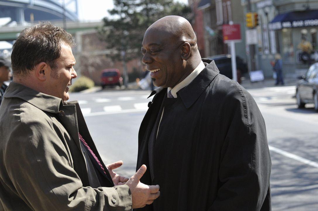 """Bei den Dreharbeiten zu """"Cold Case"""": Thom Barry (r.) und Jeremy Ratchford (l.) - Bildquelle: Warner Bros. Television"""