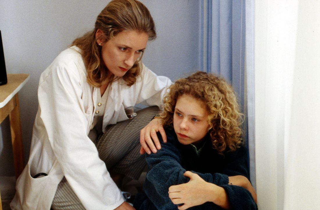 Anne (Maria Thieme, r.) ist völlig verzweifelt. Endlich fasst sie sich ein Herz und berichtet Dr. Weiß (Maria Furtwängler, l.) von den sexuellen Übe... - Bildquelle: Werner Dähn Sat.1