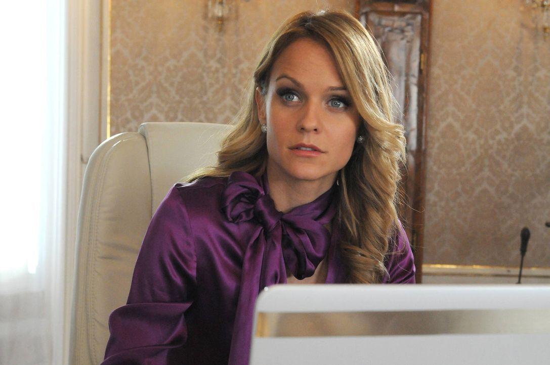 Die attraktive Lisa Rammser (Mirjam Weichselbraun) hat die Unternehmensleitung von ihrem Vater übernommen. Jetzt sucht sie für den Posten des Vertri... - Bildquelle: Hubert Mican SAT.1
