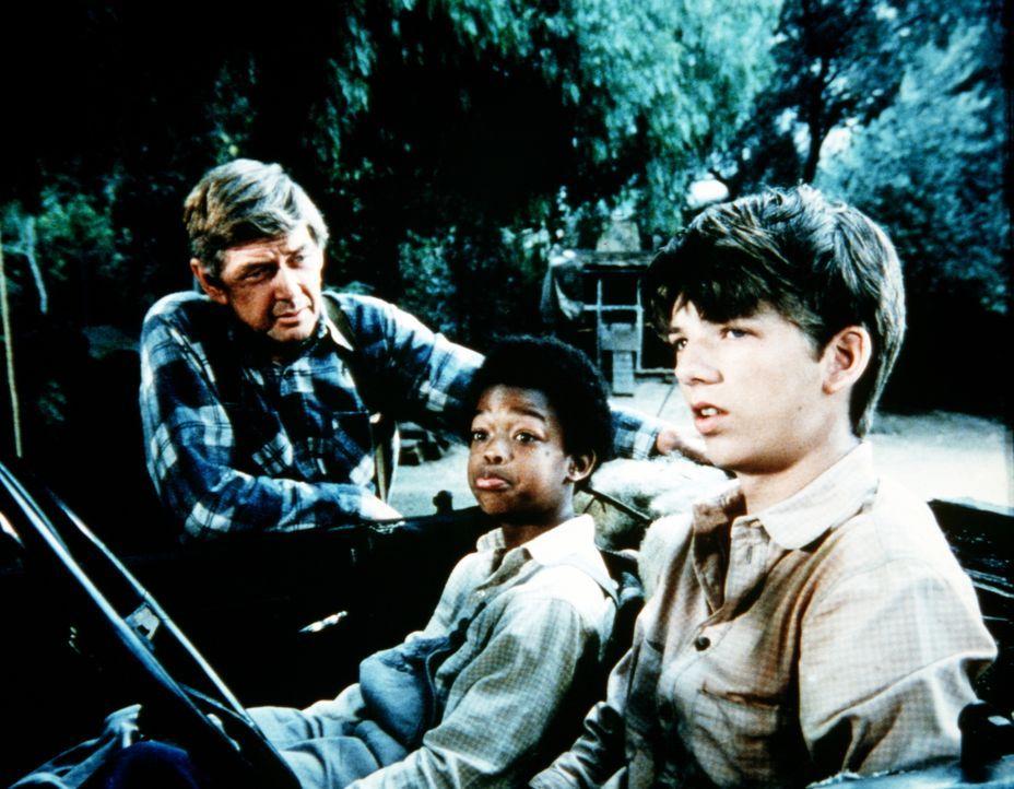 John Walton (Ralph Waite, l.) erteilt Jim Bob (David W. Harper, r.) den Auftrag, den Waisenjungen Josh (Todd Bridges, M.) ins Haus der Waltons zu br... - Bildquelle: WARNER BROS. INTERNATIONAL TELEVISION