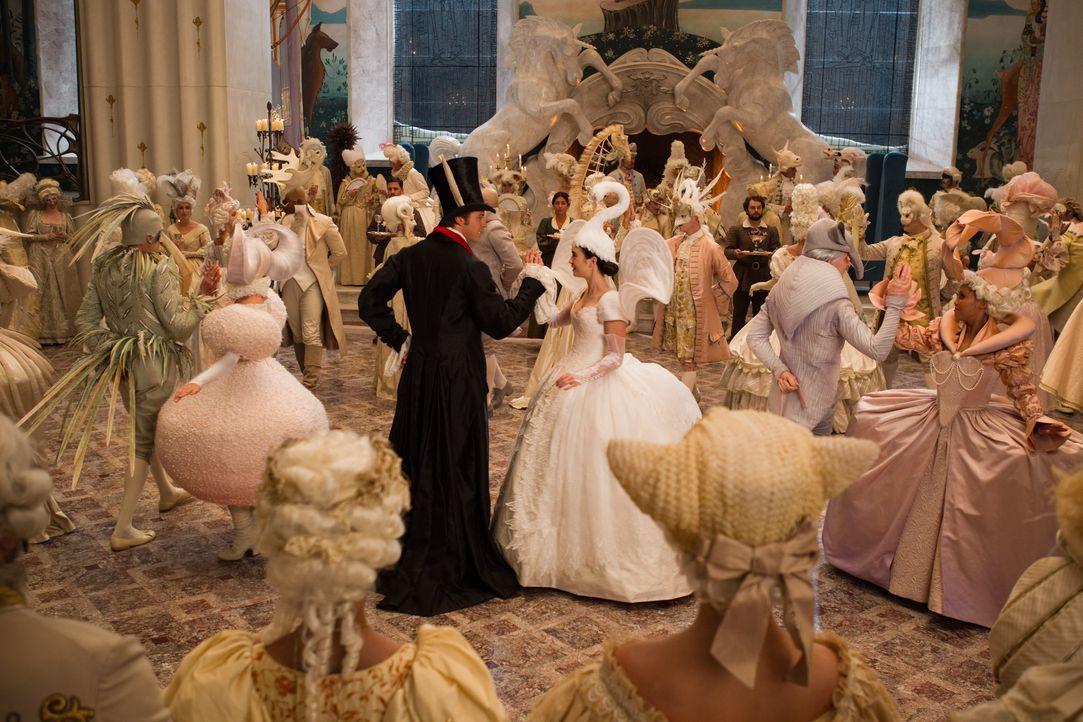 Und wenn sie nicht gestorben sind...: Schneewitchen (Lily Collins, r.) tanzt mit ihrem Prinzen (Armie Hammer, l.) ... - Bildquelle: Jan Thijs STUDIOCANAL / Jan Thijs