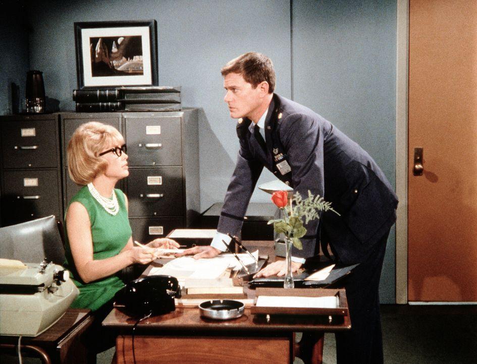 Tony Nelson (Larry Hagman, r.) kann es nicht glauben, aber Jeannie (Barbara Eden, r.) ist es gelungen, die Vorzimmerdame seines Generals zu werden ... - Bildquelle: Columbia Pictures