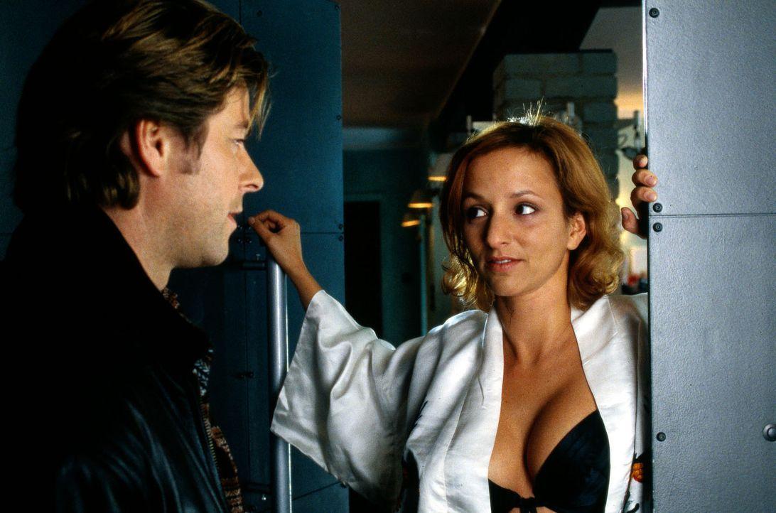 Alessa (Sharon Brauner, r.) öffnet Jupp (Uwe Fellensiek, l.) im knappen Outfit die Haustür. - Bildquelle: Dobrivoie Kerpenisan Sat.1
