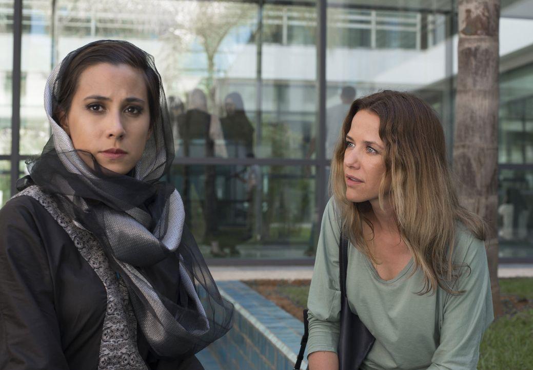 Zufällig erfährt Verena (Alexandra Neldel, r.), dass Faizah (Maya Henselek, l.) Khalid schon im Kindesalter versprochen wurde. Anders als er, hegt s... - Bildquelle: Sylvia Zeitlinger SAT.1