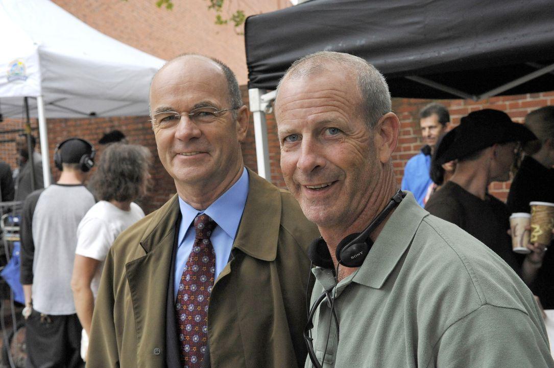 """John Finn (l.) bei den Dreharbeiten zu """"Cold Case"""" - Bildquelle: Warner Bros. Television"""