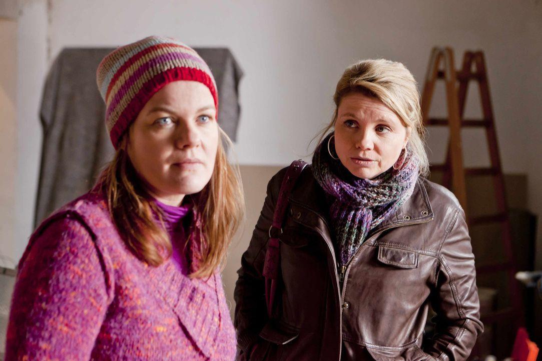 Mit großem Einsatz versucht Danni (Annette Frier, r.) Renate Winz (Birge Schade, l.) und ihrer Tochter Leni zu helfen. Doch wird sie Erfolg haben? - Bildquelle: Frank Dicks SAT.1