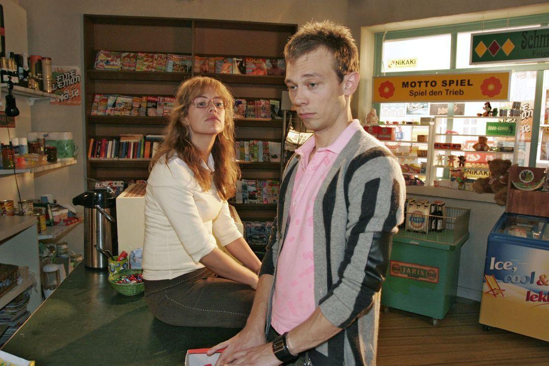 Lisa (Alexandra Neldel, l.) regt sich bei Jürgen (Oliver Bokern, r.) über Davids egoistisches Verhalten auf - hat dieser doch nicht einmal registrie... - Bildquelle: Noreen Flynn Sat.1