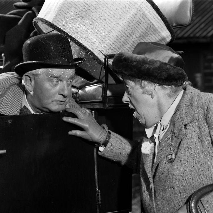 Gemeinsam stellen sie Nachforschungen an, um die Unschuld eines Angeklagten zu beweisen: Mister Stringer (Stringer Davis, l.) und Miss Marple (Marga... - Bildquelle: Warner Brothers