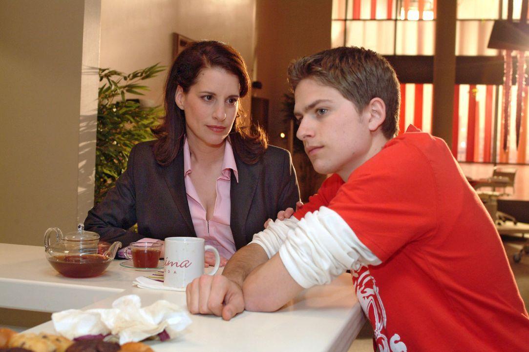 Timo (Matthias Dietrich, r.) ist verzweifelt, weil Kim nicht wie verabredet zum Konzert gekommen ist. Mit seinem Kummer vertraut sich seiner Mutter... - Bildquelle: Monika Schürle Sat.1