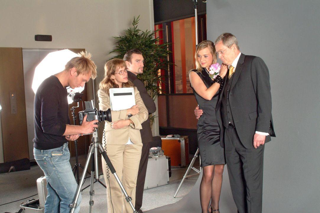 Um zu verhindern, dass David mit dem attraktiven Model ein Stelldichein hat, behauptet Lisa (Alexandra Neldel, 2.v.l.) kurzerhand, dass Verena (Anne... - Bildquelle: Monika Schürle Sat.1