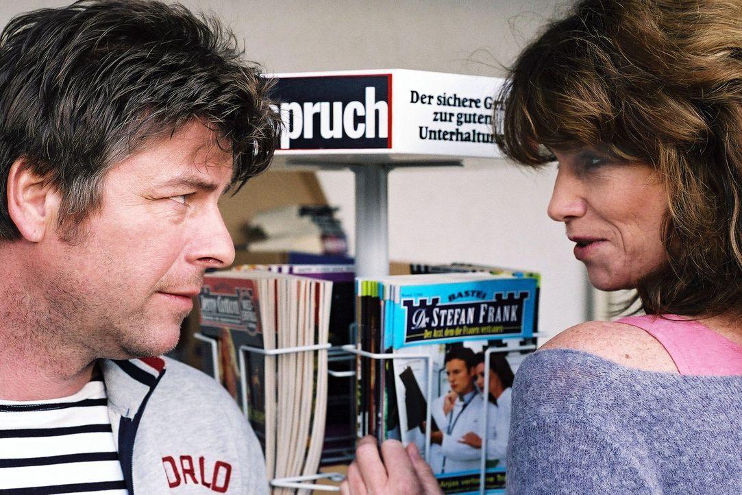 Jupp (Uwe Fellensiek, l.) versucht an die attraktive Pächterin des Campingplatzes Penny (Sabine Vitua, r.) heranzukommen. - Bildquelle: Thekla Ehling Sat.1