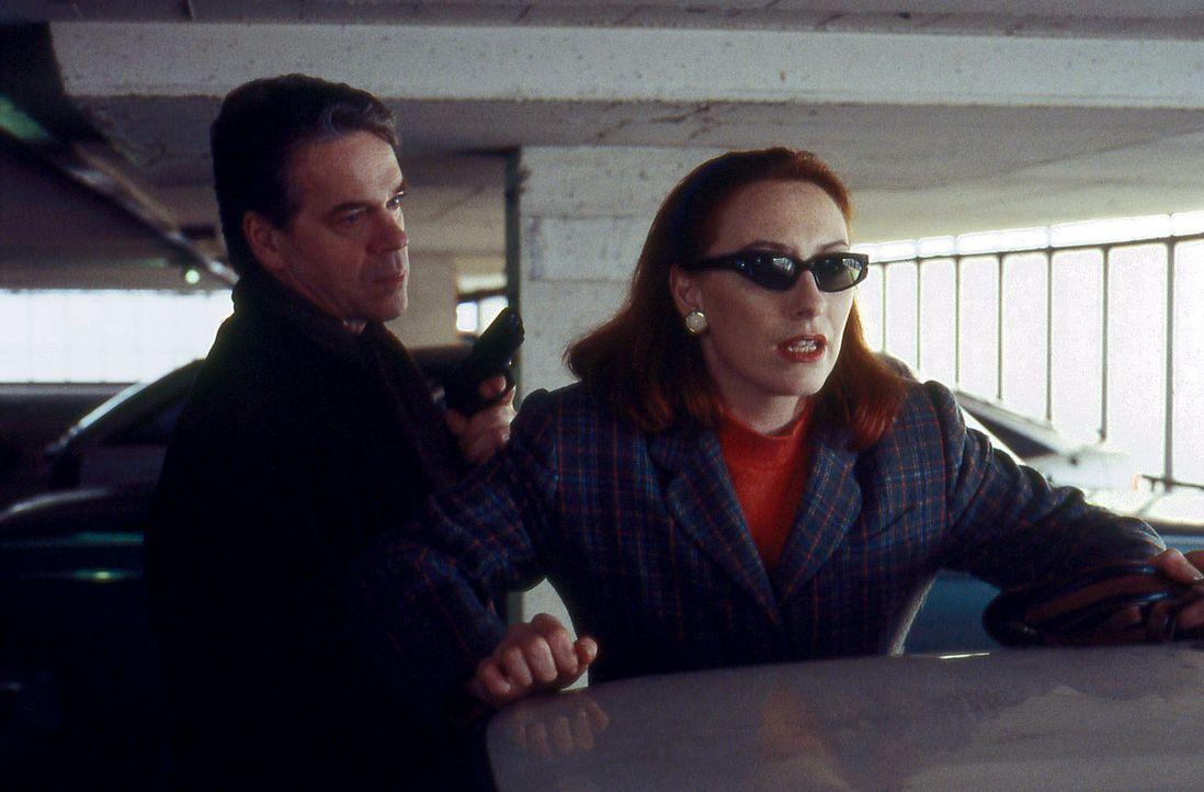 Kommissar Wolff (Jürgen Heinrich, l.) hat den Verdacht, dass Elke Jansen (Andrea Sawatzki, r.) mit den Bankräubern zusammenarbeitet und nimmt sie... - Bildquelle: Alfred Raschke Sat.1